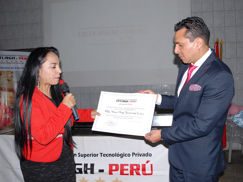 Rector del ITSB recibe reconocimientos