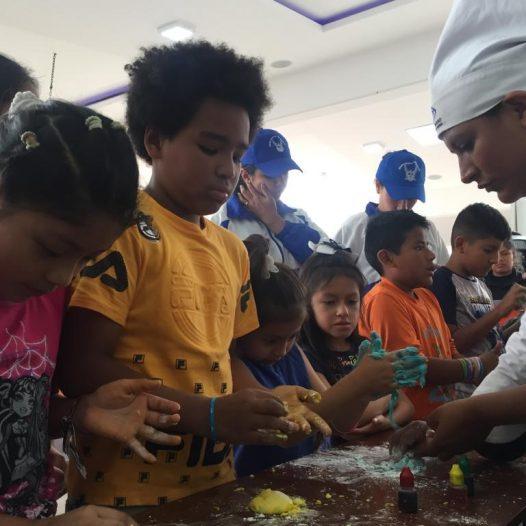 """Carrera de Gastronomía del ISTB dicta taller sobre Mini Chefs a niños de la colonia """"Aprende y Juega con Paquito Policía"""""""